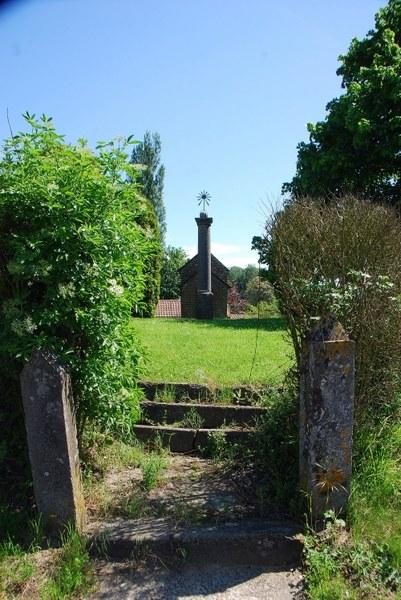 Cortil chapelle et stèle 2